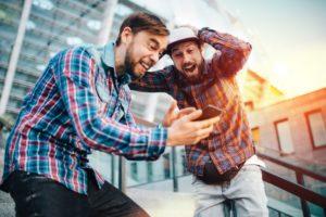 To drenge spiller på mobil casinoer